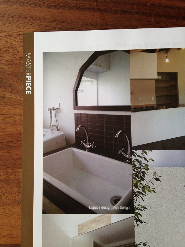 チョコレート色のタイルの洗面台がサンワカンパニーカタログに掲載