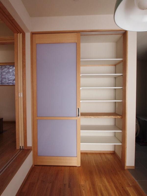 食器棚にもなる引違扉の収納