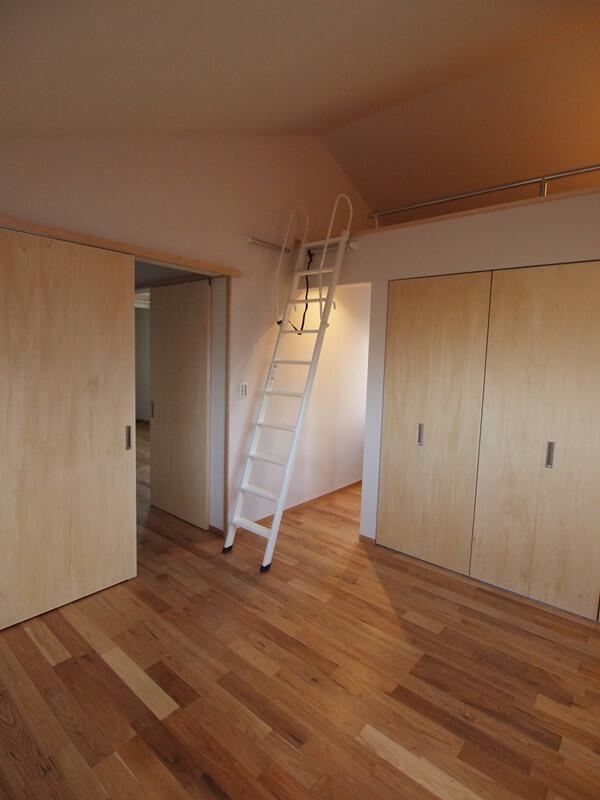 ロフトのある主寝室