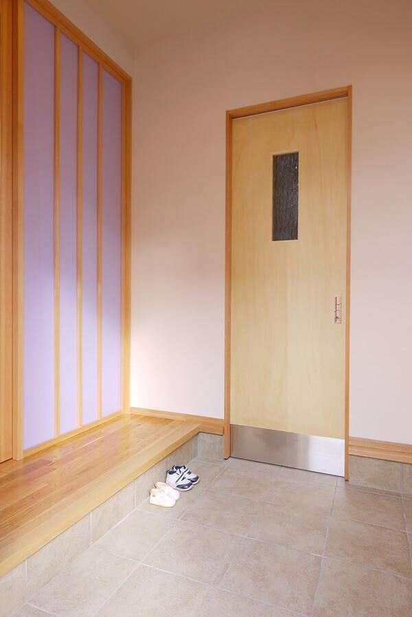 装飾ガラスの入った家族用玄関のドア