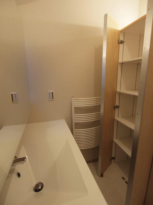 洗面所の背面にたっぷり収納