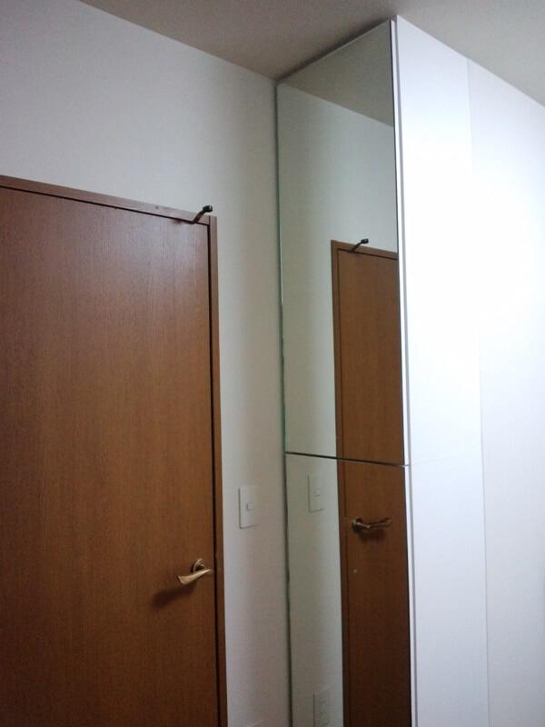 全身鏡にもなる鏡扉の下足箱を設置