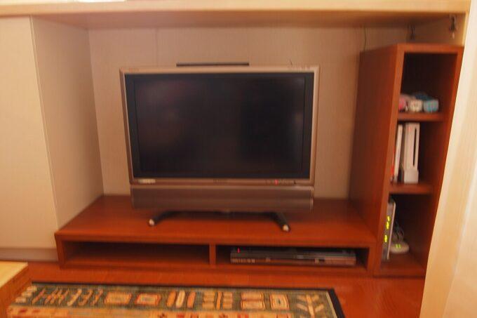 リビングのカウンター下にテレビ台を置ける家具を設置