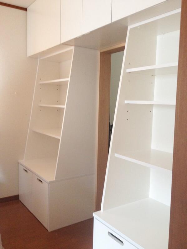 寝室の壁面に設けた多目的収納