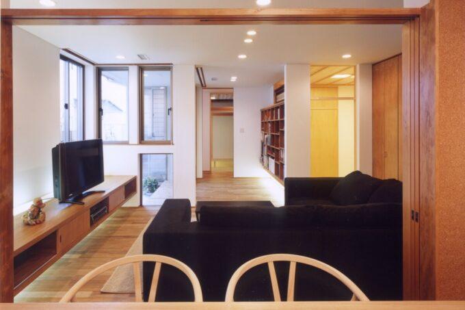 ダイニングからリビング、畳コーナー、読書スペースを眺める