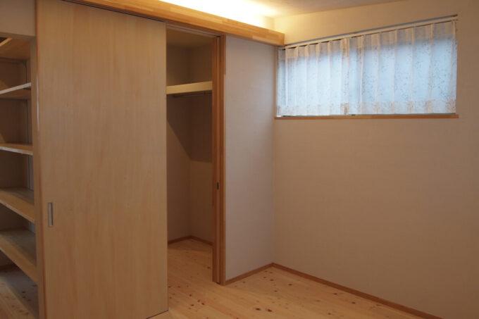 2方向アプローチの主寝室