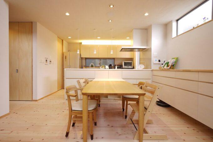 キッチンの背面収納とリビングダイニングの造作家具の統一感