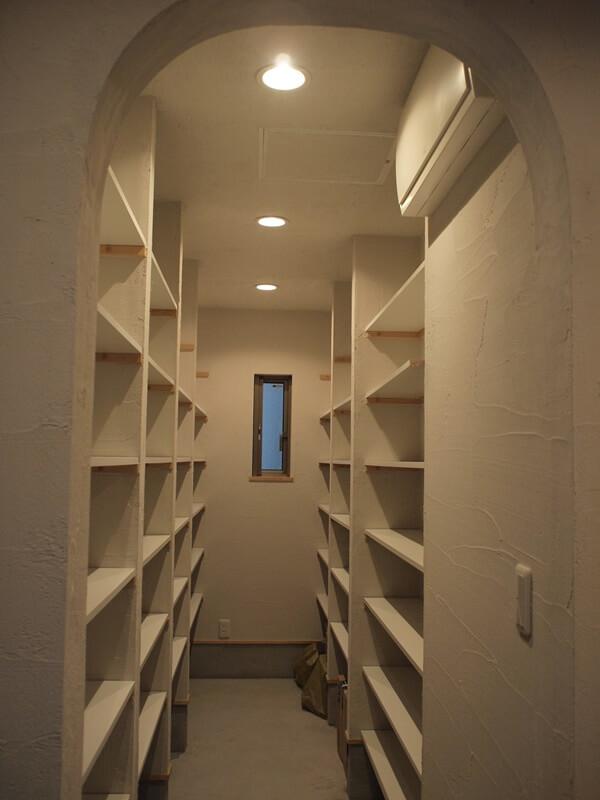 玄関土間から入れる納戸