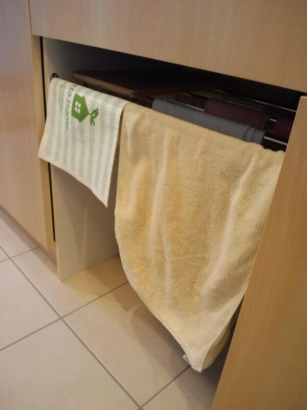 シンク下はタオル、まな板置きスペース。