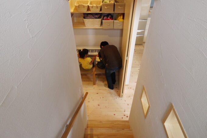 階段下のクローゼットの中はピアノ置き場