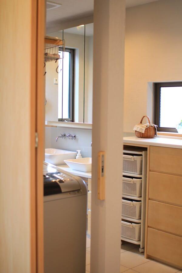 両側から洗濯物を取り出せる洗濯機スペース