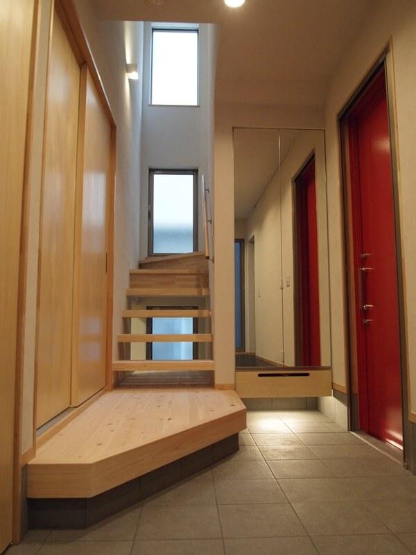 階段上から差し込む自然光