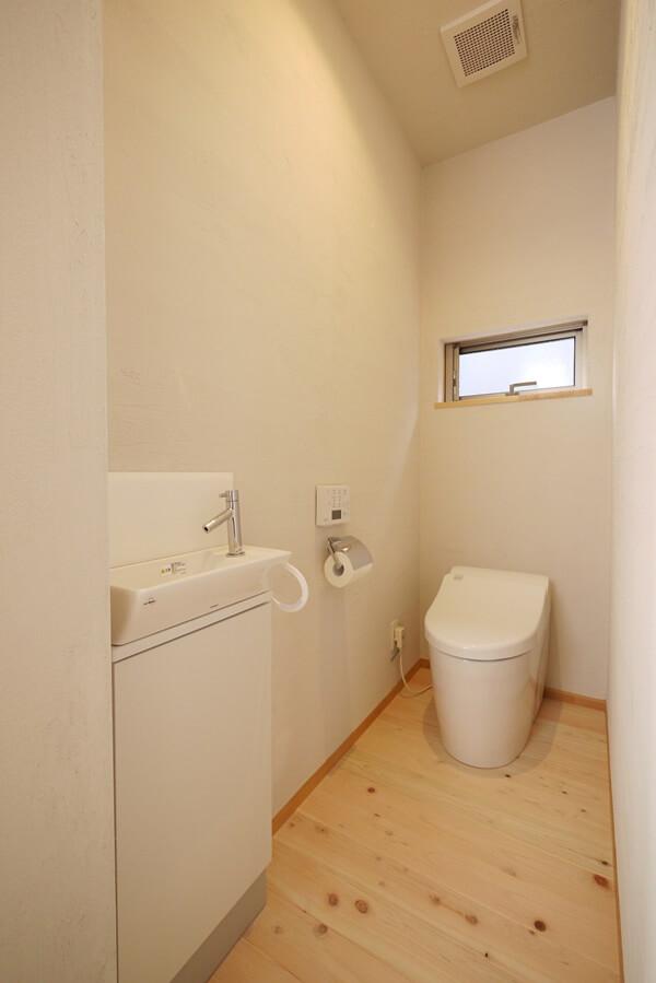 シンプルな個室フロアのトイレ
