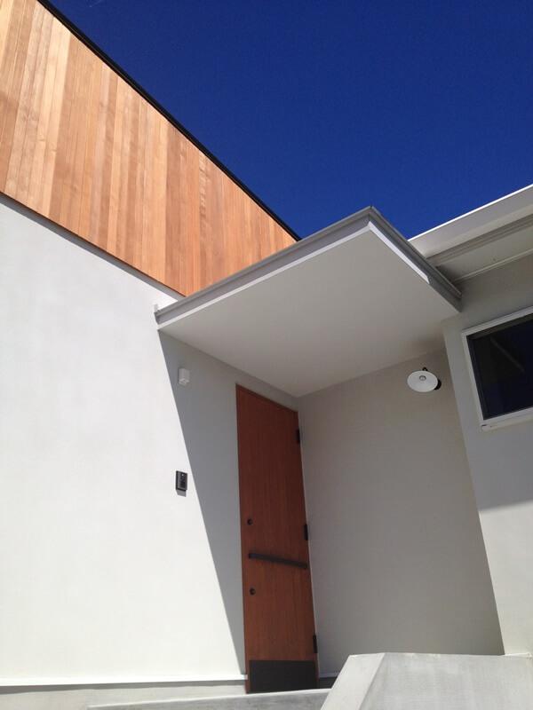 森を望む家の木製玄関ドア