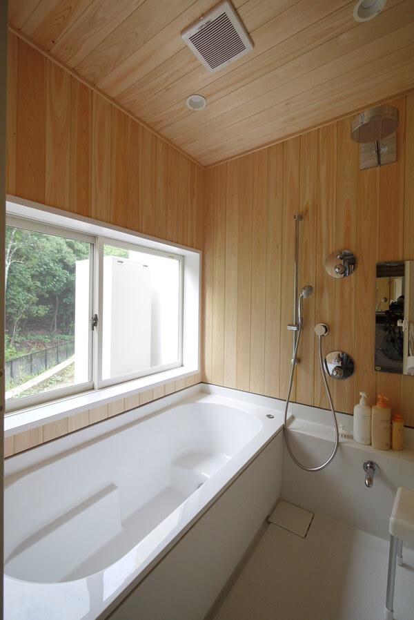 桧の板張とした浴室