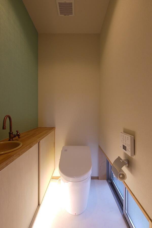 グリーンのアクセント壁のトイレ