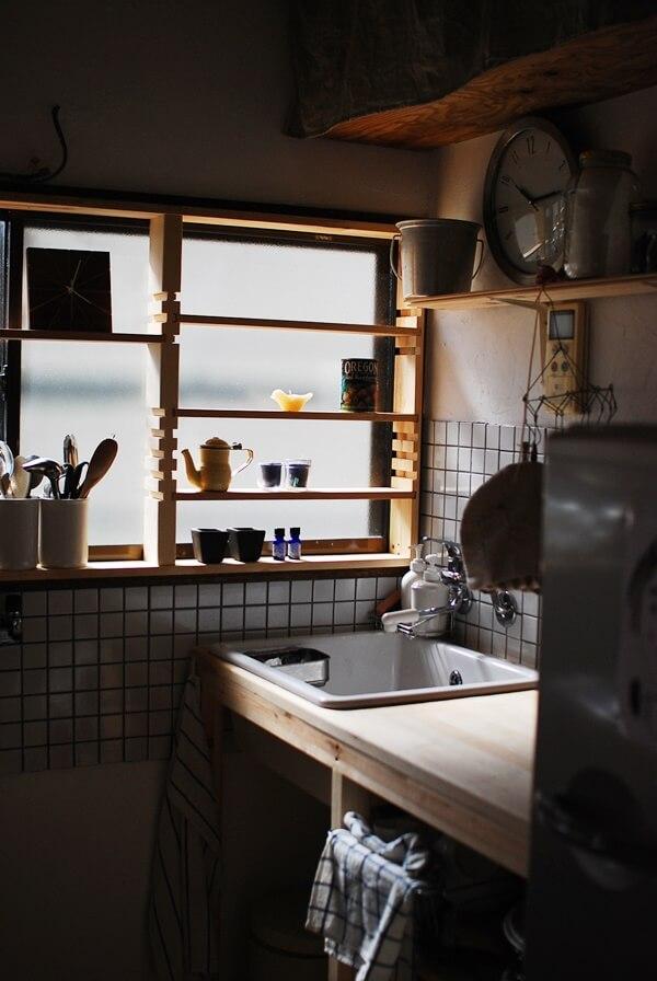 ホーローシンクに木のカウンターのキッチン