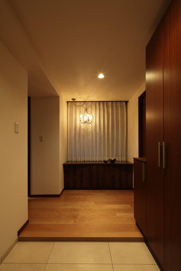 玄関の家具は濃いめの落ち着いた色合いにしています