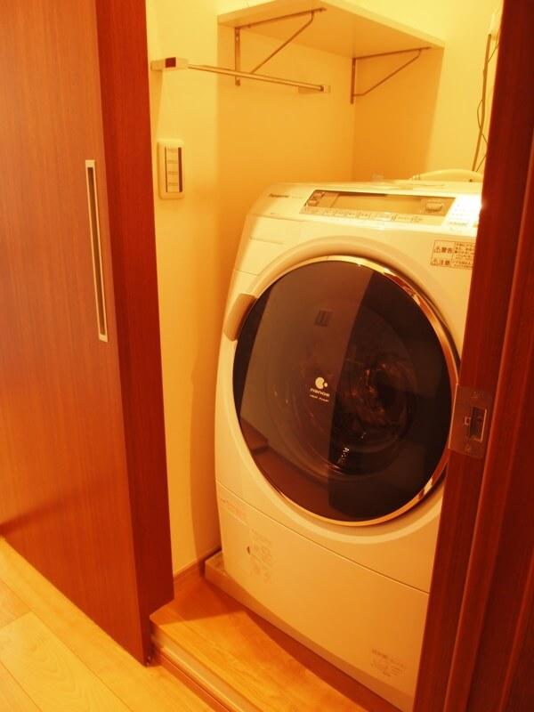洗濯機置場は扉でクローズ