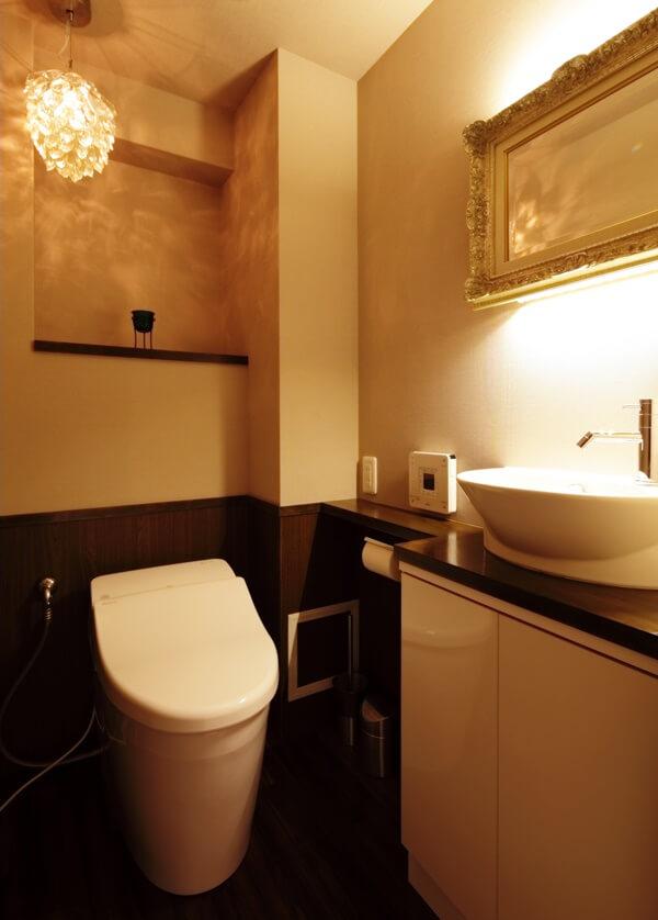 シャンデリアと鏡の間接照明が上品なトイレ