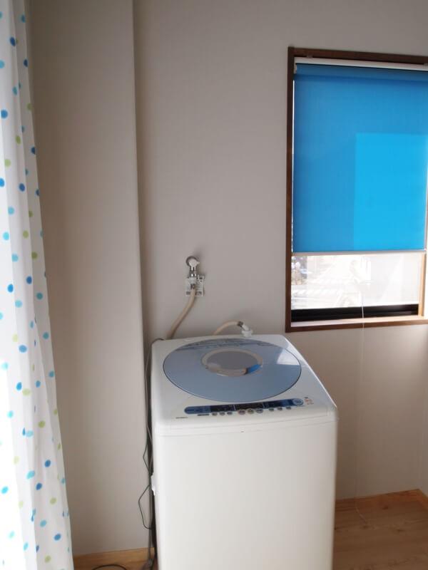 広めの脱衣室とブルーのロールスクリーン