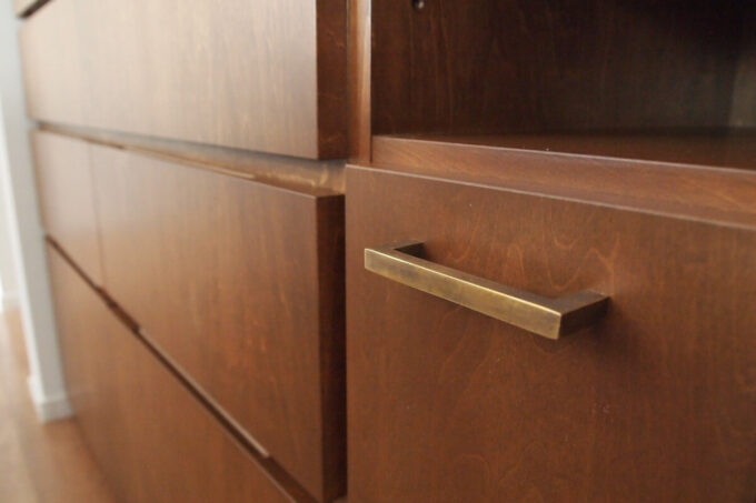 キッチン背面収納の真鍮古美色の取手