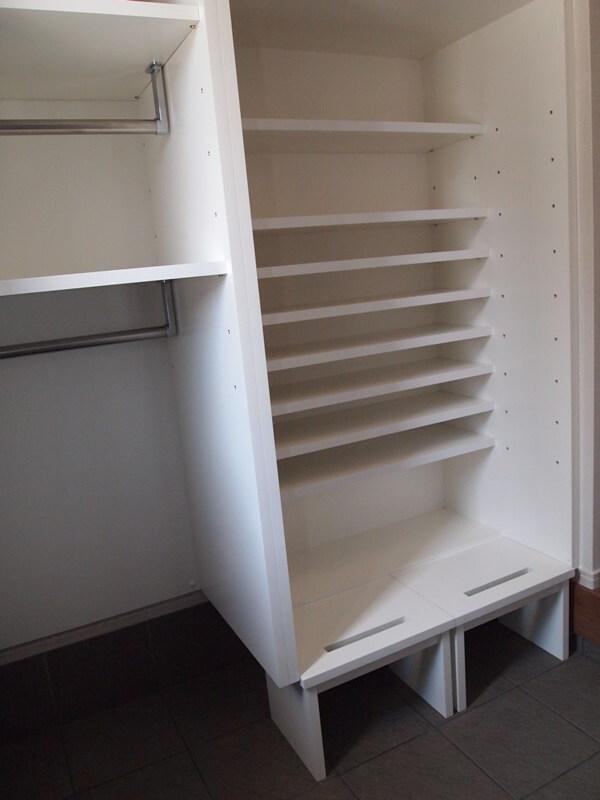 奥行の浅い棚だけを設置した玄関収納と移動できるスツール