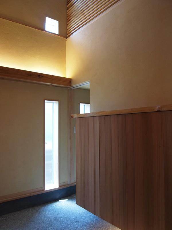 下足箱の隣の扉から入れる階段下スペースは家族用玄関