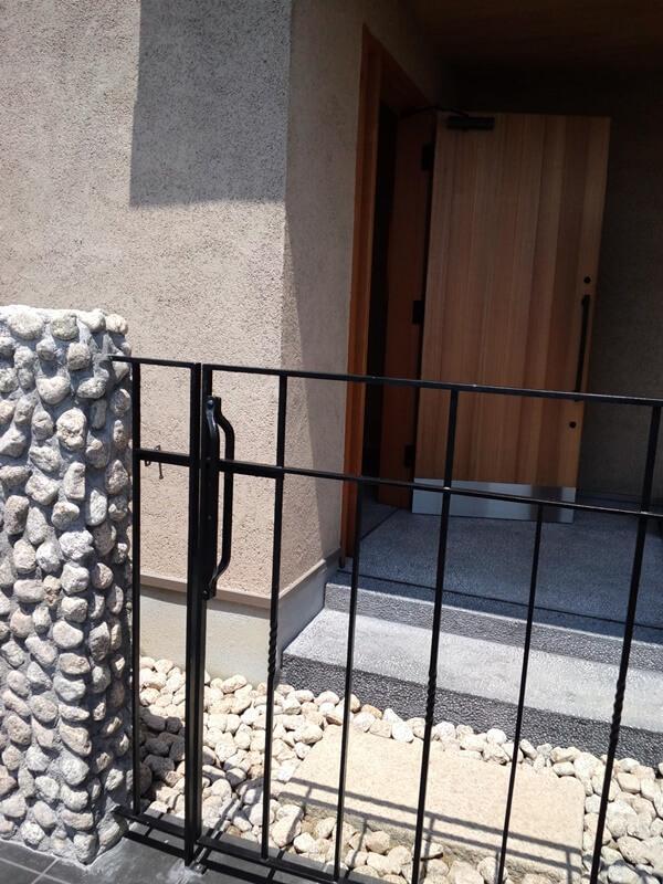 ゴロタの石積塀に鉄の細いラインが映えます