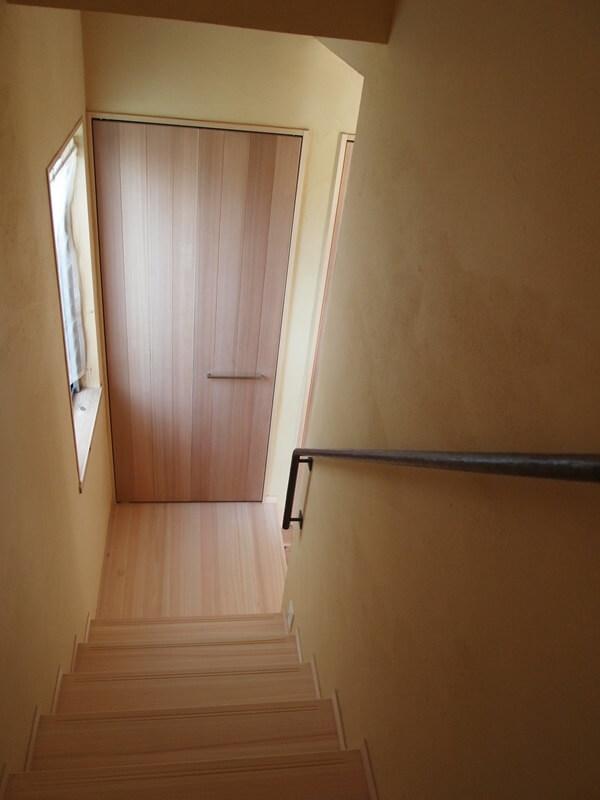 2階から階段を下りた先には収納があります