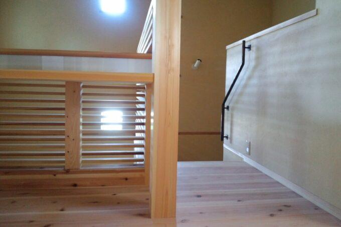 格子なので玄関・階段下から丸見えになることはありません