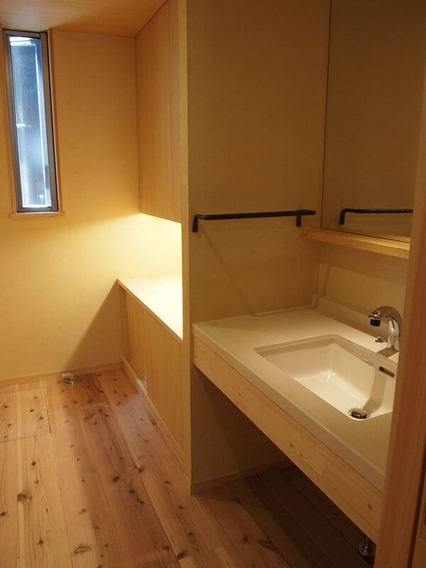 シンプルな洗面台は下部をオープンに