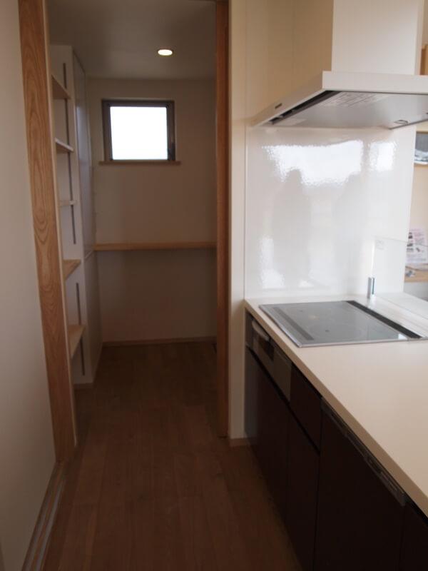 冷蔵庫や電子レンジなどを収納できるパントリー