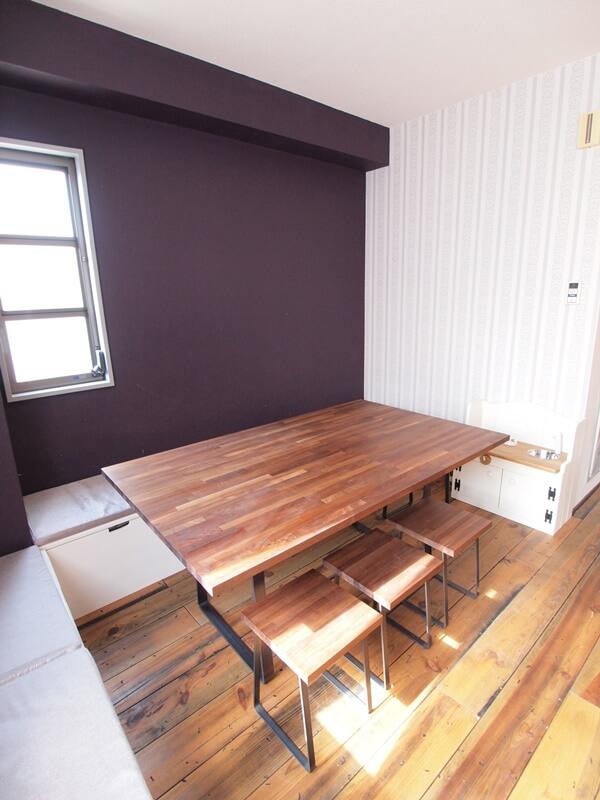 H650mmのテーブルと低めのベンチ