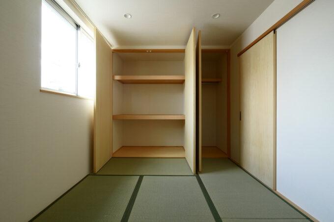 押入れは両開き扉とし、布団を収納しやすいように