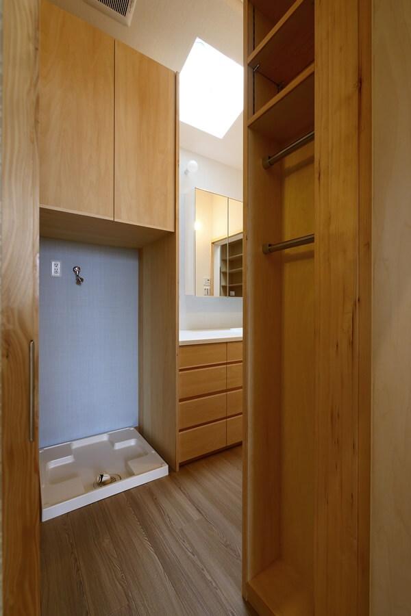 洗濯機置き場とハンディ掃除機を収納するスペース