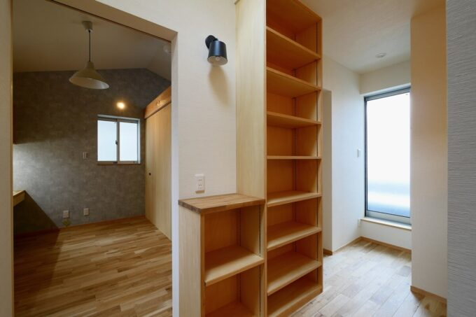 階段上廊下の本棚