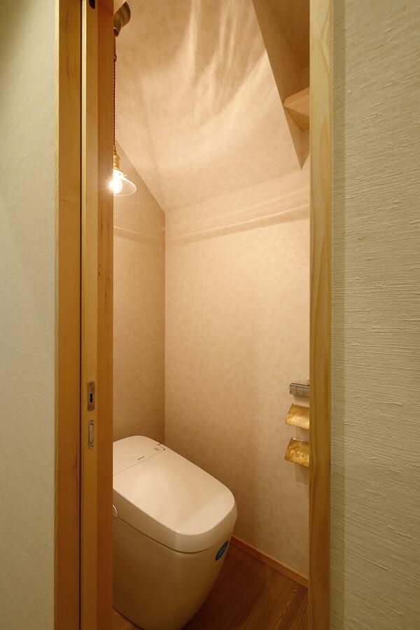 アンティークゴールドテイストのトイレ