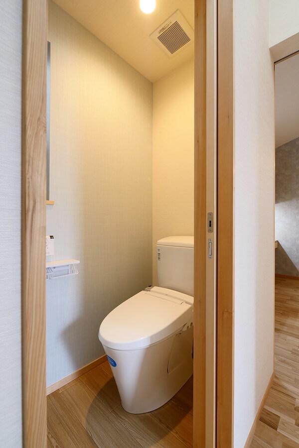 2階はブルーの壁紙のさわやかな印象のトイレ