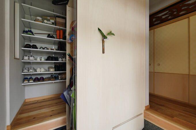 玄関正面がシューズクロゼット収納家具の背の部分で、照明を設けた飾りスペースになっています。