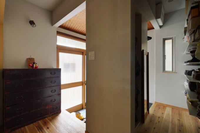 玄関の正面家具の裏側にはシューズクローゼットのコートハンガー