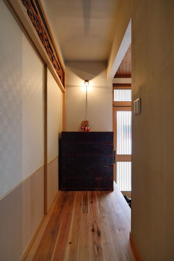 玄関と廊下。和室の入り口上部にはリノベーション前の2階にあった欄間を移設