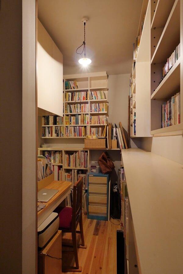 本の間の中央にデスクスペース