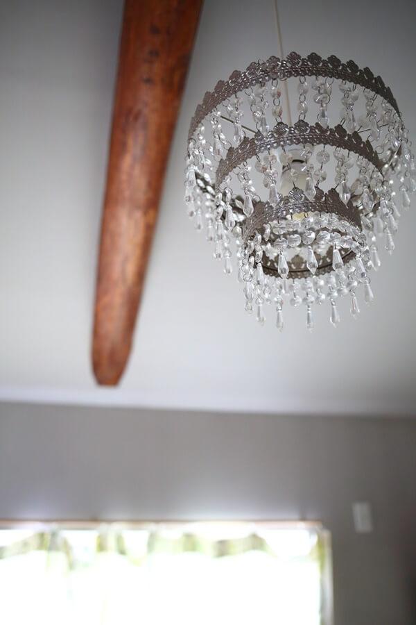 子ども部屋の古い梁と照明