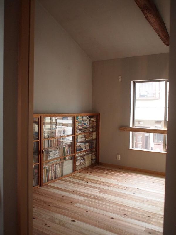 リノベーション前の家に設けられていた本棚を活かしました