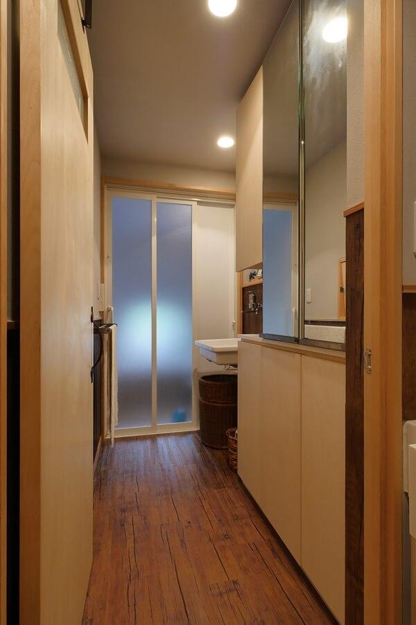 洗濯機置場は2階なので、手洗い下部はOPENでかごを置くスペースに