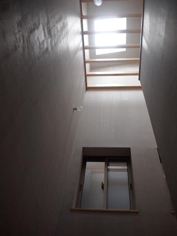 以前は暗かった階段が天窓効果で明るくなりました