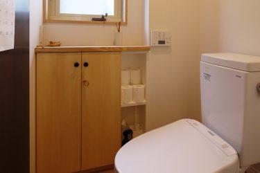 黒皮鉄の壁をメッセージボードとしたトイレ