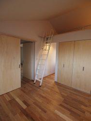 ロフトのある主寝室。クローゼットの奥にはメイクスペースと書斎があります。