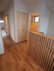 2階に上がる階段の上はフリースペースを設けています